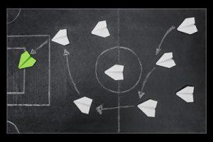 papan kapur lapangan sepak bola dengan pesawat kertas hijau terakhir