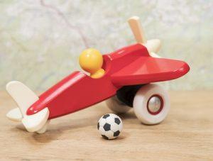 mainan pesawat dan sepak bola