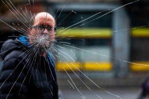 pria melihat melalui jendela yang pecah